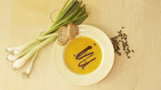 Husta kremova hokkaido polievka s tekvicovymi semiackami, tekvicovym olejom a chlebikom.
