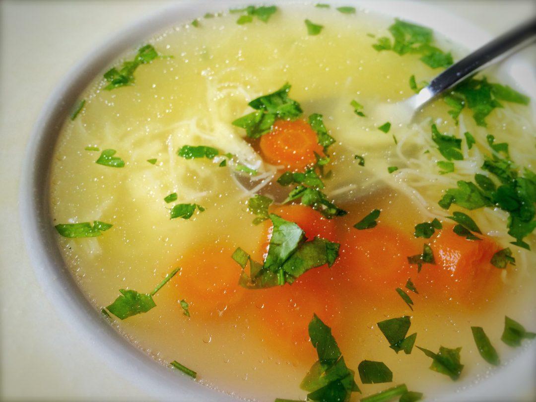 Slepaci vyvar na tanieri s korenovou zeleninou, slizami a petrzlenovou vnatou.