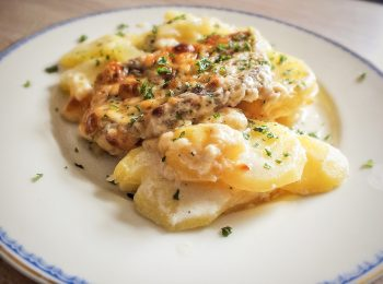 Bravcove kare na tanieri zapekane so zemiakmi, syrom a bylinkami.