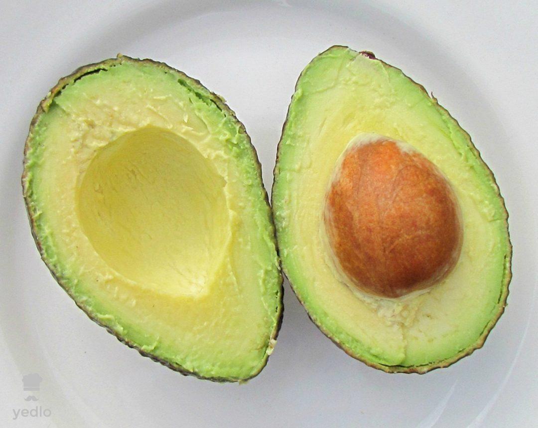Rozrezane cerstve avokado s kostkou.