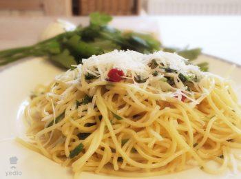 Spagety aglio olio s cesnakom, cili, petrzlenovou vnatou, posypane struhanym parmezanom.
