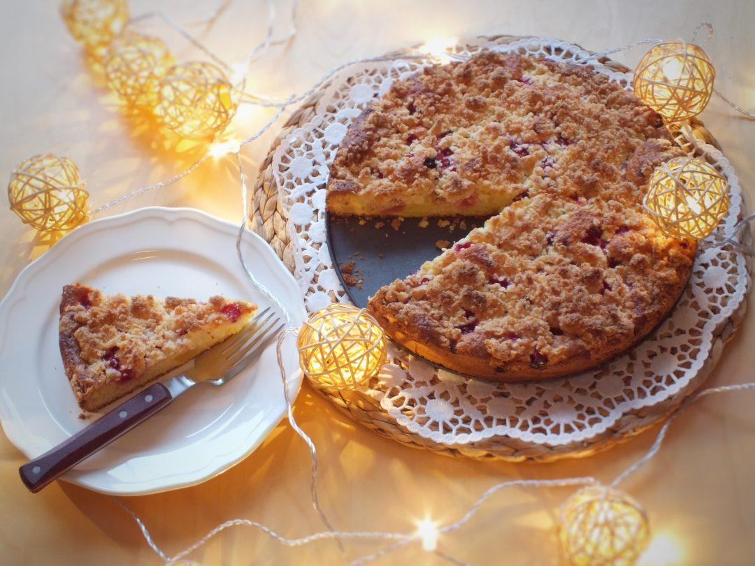 Ananasovy kolac s ribezlami a kokosovou mrvenickou na tortovom podnose spolu s vyrezom kolaca na tanieri.