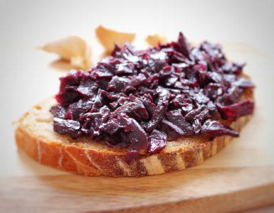 Marmeladovy konfit z cervenej kapusty na chlebiku