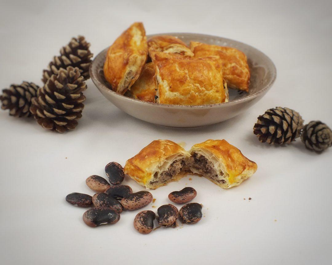 Upecene fazulove tasticky z listkoveho cesta s dekoraciou fazule a sisiek.
