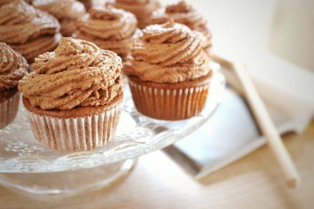 Cokoladove cupcakes na tortovom podnose v detailnom zabere.