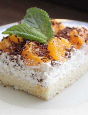 Mandarinkovy rez na tanieri ozdobeny listkom maty.