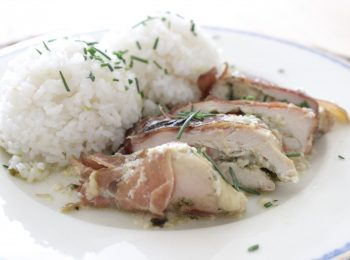 Kuracie prsia v proscuitto zupane s ryzou detail na tanieri