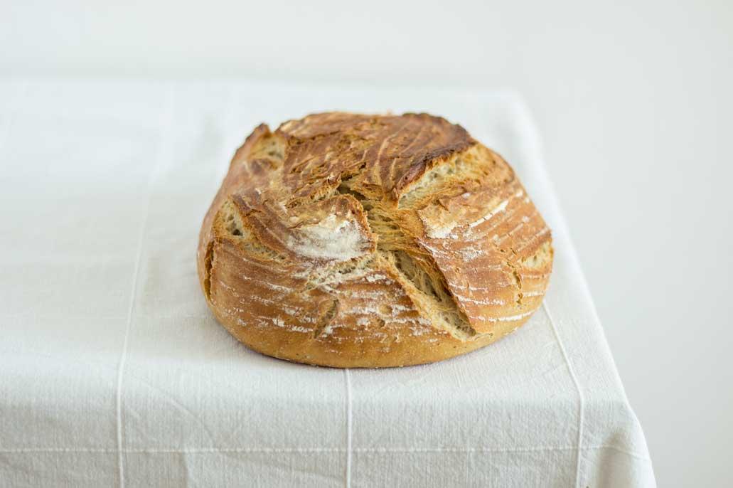 Kefirovy chlieb na bielom obruse