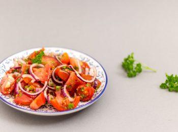 Paradajkovy salat na miske s petrzlenom