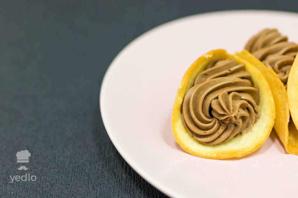 Detail mandlovych kornutkov na ruzovom tanieri.