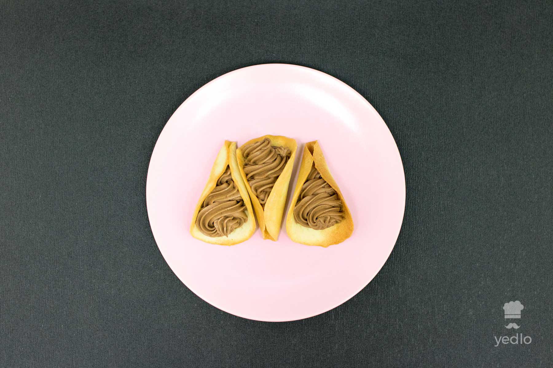 Mandlove kornutky na ruzovom tanieri