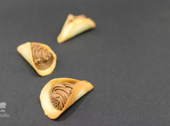 3ks mandlovych kornutkov na ciernom podklade.