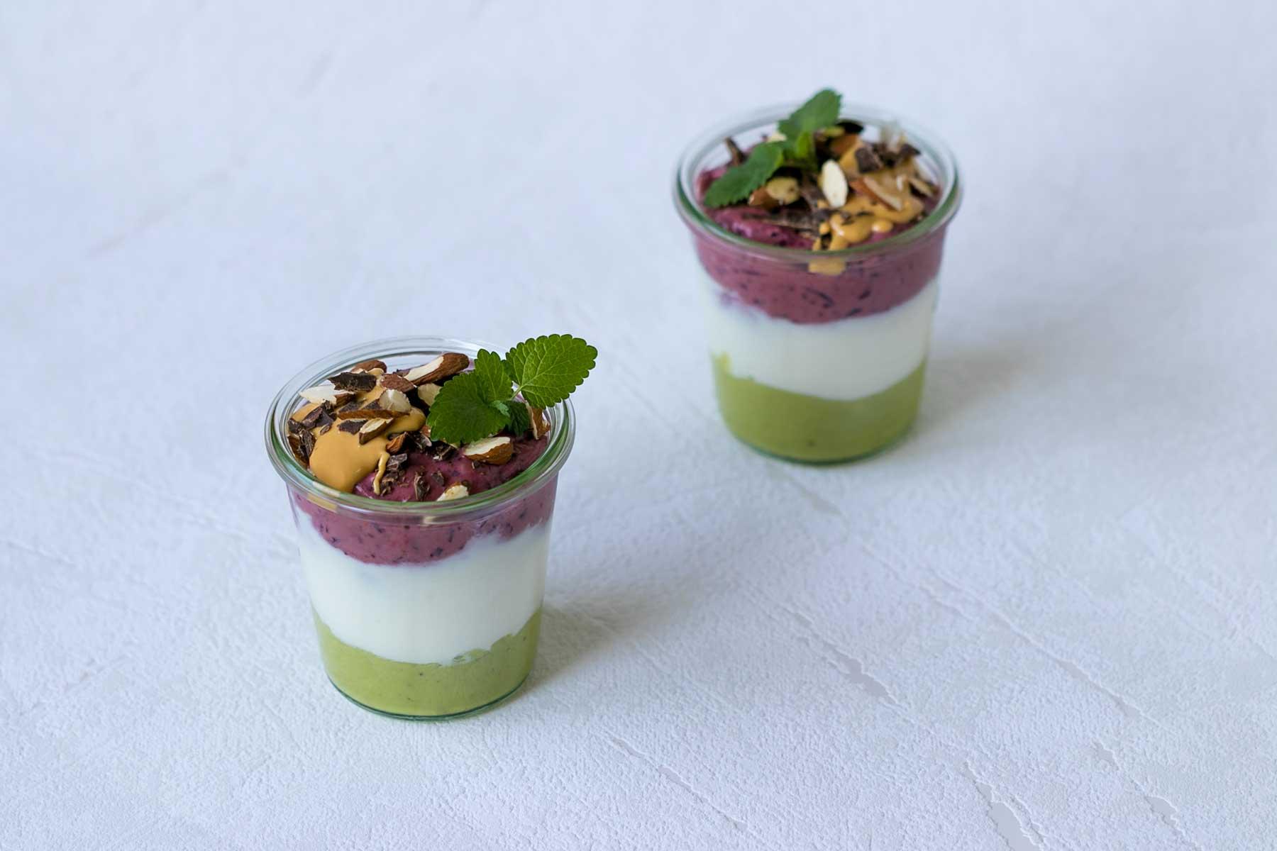 Vrstveny studeny dezert z avokada a bobuloveho ovocia a jogurtu-parfait