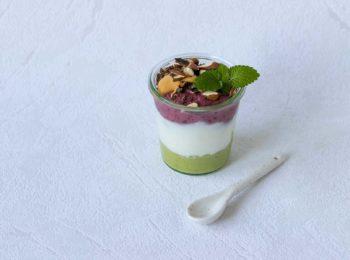 Vrstvený ovocný studený dezert: parfait z avokada a bobuloveho ovocia