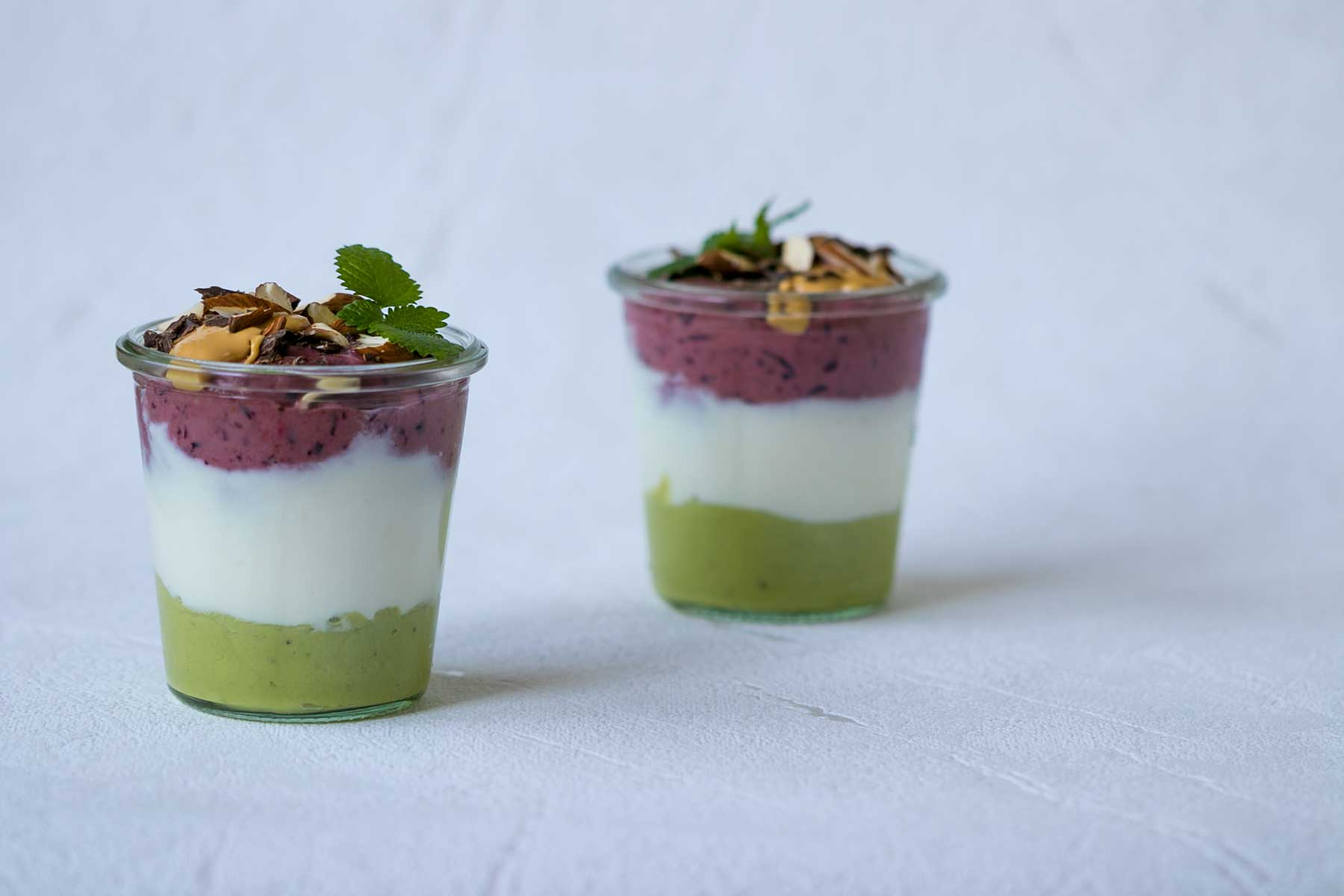 Vrstveny studeny dezert z avokada a bobuloveho ovocia a jogurtu-parfait spredu