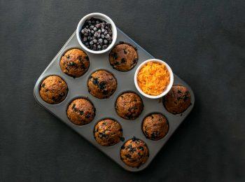 Muffiny v pekaci s mrkvou a cucoriedkami