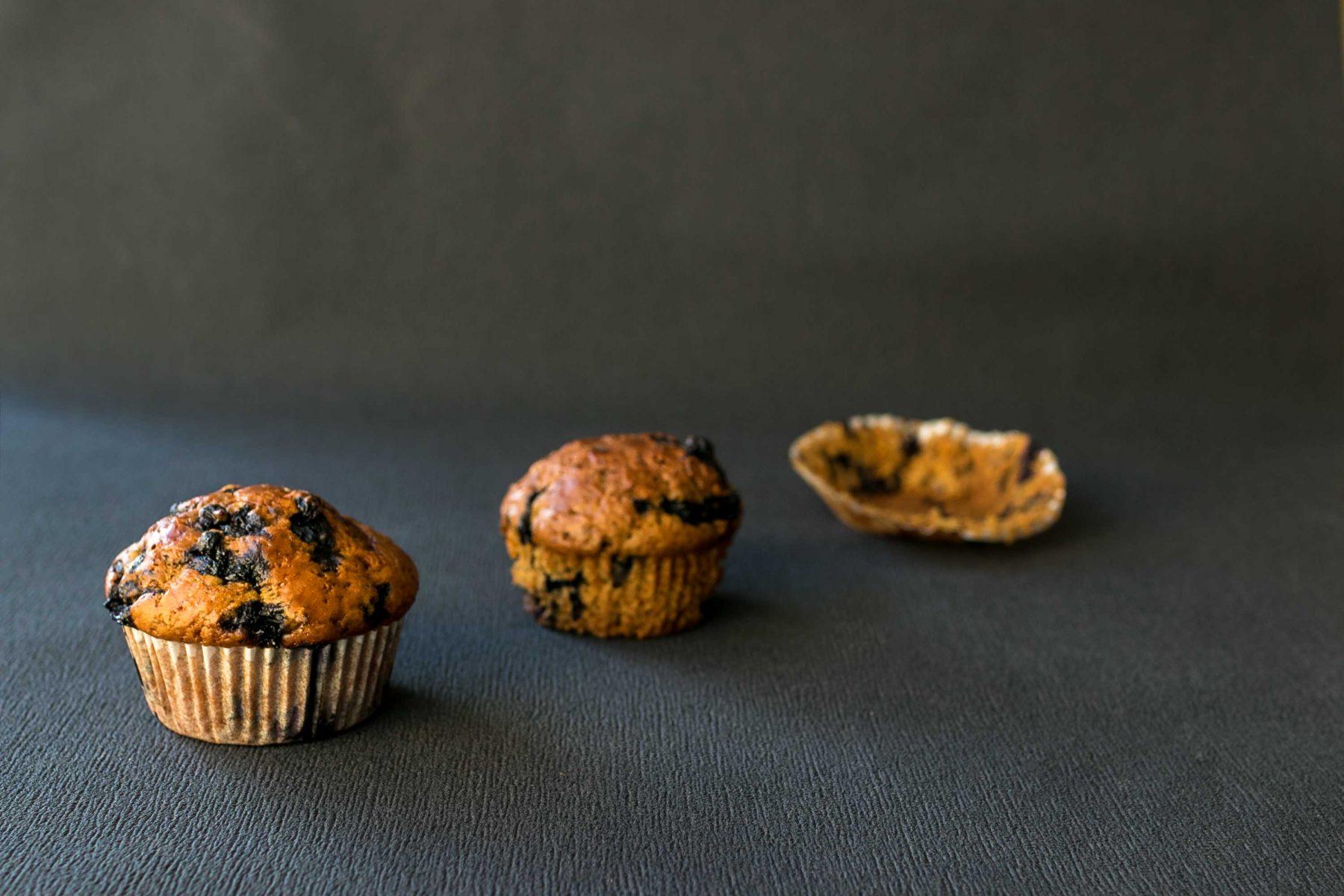 Muffin s mrkvou a cucoriedkou v obale, muffin s mrkvou a cucoriedkou bez obalu a samostny obal.