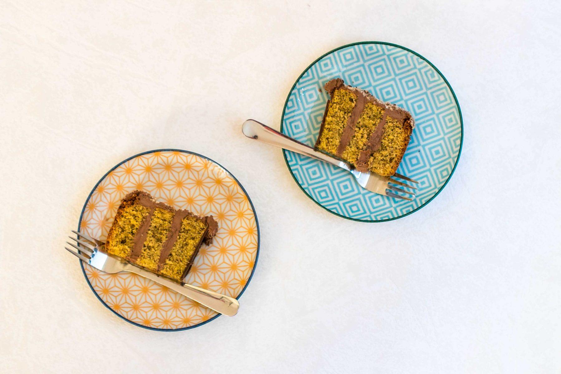 Dva rezy orechovej torty na tanierikoch.